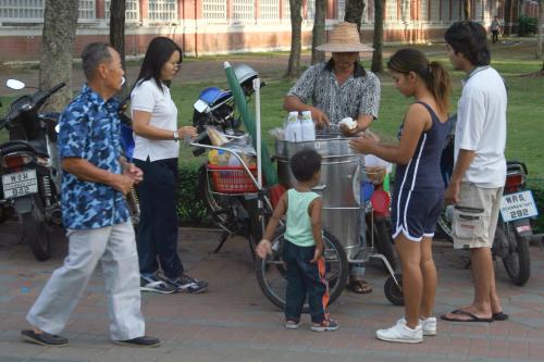 Khanom pang ai tiim (Thai ice cream sandwich) vendor  Lumphini Park  Bangkok