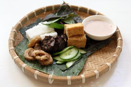 Bún đậu mắm tôm  fermented shrimp sauce with fried tofu  bundled rice noodles housemade blood sausage  and crispy pork intestine  Di An Di  Greenpoint  Brooklyn